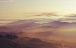 silhouette de montagne pendant le coucher du soleil doré photo