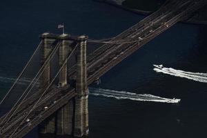 Vue aérienne du pont de brooklyn pendant la journée