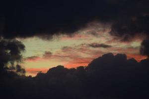 silhouette de nuages au coucher du soleil