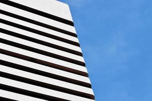 Photographie de gros plan de bâtiment en béton blanc et noir