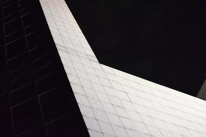 Bâtiment en béton blanc pendant la nuit
