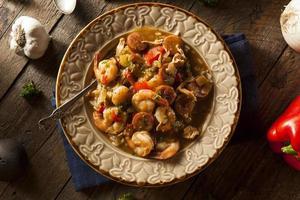 gumbo cajun aux crevettes et saucisses maison photo