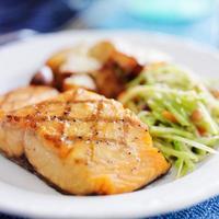 saumon grillé avec salade de chou asiatique et pommes de terre rôties