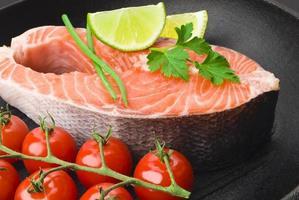 steak de saumon aux légumes photo