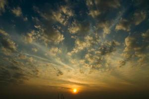 coucher de soleil / lever de soleil avec des nuages