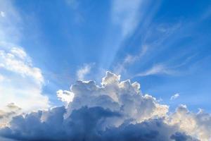 faisceau de lumière et les nuages