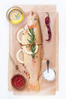 poisson cru truite dorée aux herbes, citron et épices photo