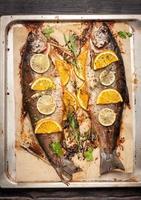 poisson truite au four à l'orange, citron vert et herbes photo