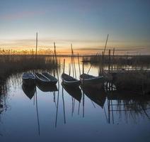 beau coucher de soleil sur le port de pêche photo