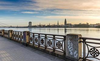 Vue sur le vieux Riga et la rivière Daugava, Lettonie photo