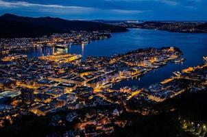 centre de Bergen et baie dans la nuit photo