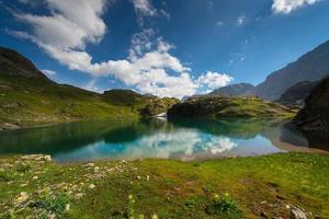 petit lac de haute montagne avec transparent