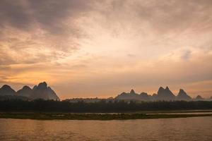 Paysage de la rivière Li à l'aube à Yangshuo