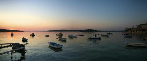 Coucher de soleil sur l'Adriatique et le port de Korcula, Croatie photo