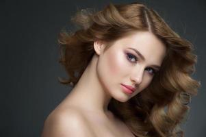 fille avec maquillage et coiffure photo