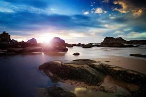 coucher de soleil sur la côte rocheuse photo