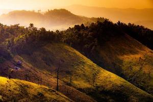 belles montagnes au soleil brouillard au laos. photo