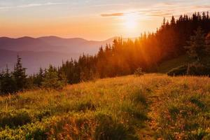 beau coucher de soleil dans les montagnes des Carpates ukraine.