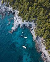 vue aérienne de bateaux et de personnes nageant