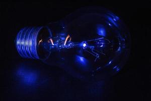 ampoule éclairée par une lumière bleue