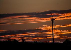 des nuages sombres se forment pendant le coucher du soleil orange photo