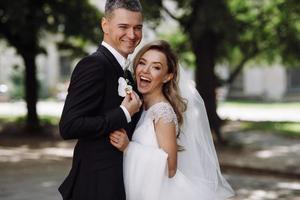 les mariés s'embrassent au soleil photo