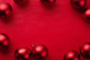 cadre de boule rouge sur fond rouge photo
