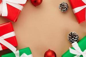 vue de dessus du papier kraft avec décor de Noël