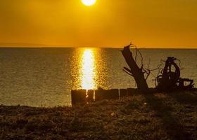 lever de soleil doré sur la mer photo