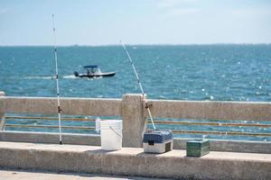 cannes à pêche et boîtes de pêche sur un quai