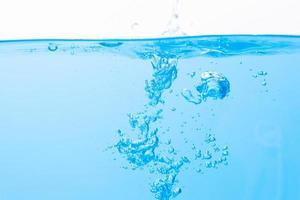 gouttelettes d'eau à la surface de l'eau et bulles