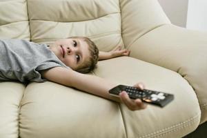 garçon regardant la télé photo