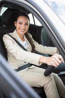 jolie femme d'affaires souriant et conduisant