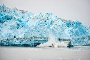 vêlage glaciaire - phénomène naturel photo