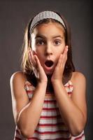 petite fille avec une expression de surprise photo