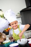 Jeune garçon enfant enfants heureux préparer des biscuits drôles maison