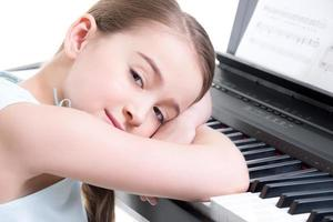 petite fille joue sur le piano électrique.