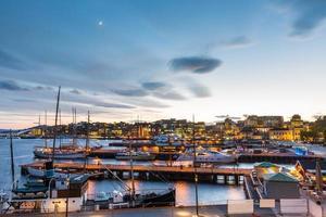 port d'oslo avec bateaux et yachts au crépuscule.