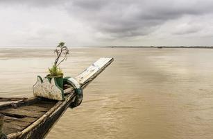 Ferry ancré à la suite d'une inondation en mousson sur le fleuve Brahmapoutre, en Inde. photo