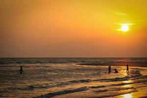 heure d'or sur les vagues