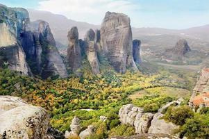 vallée parmi les montagnes, météores, grèce.