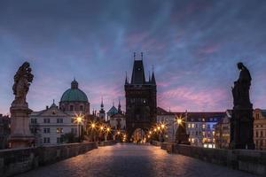 Prague. Pont Charles à l'aube rouge