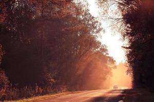 route d'automne coucher de soleil, les rayons de lumière, le voyage