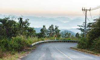Route asphaltée rurale dans le brouillard du matin