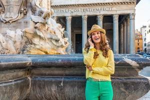 jeune femme, parler, téléphone portable, près, panthéon, rome, italie