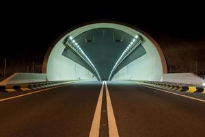 Tunnel sur Kalba - autoroute de Sharjah, Émirats Arabes Unis