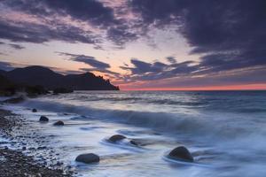 beau lever de soleil sur la plage en crimée
