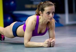 jeune femme qui s'étend dans la salle de gym
