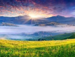 lever de soleil d'été coloré dans les montagnes