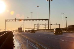 périphérique avec des silhouettes de voitures au coucher du soleil
